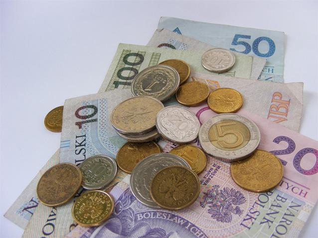 Banknoty i leżące na nich monety