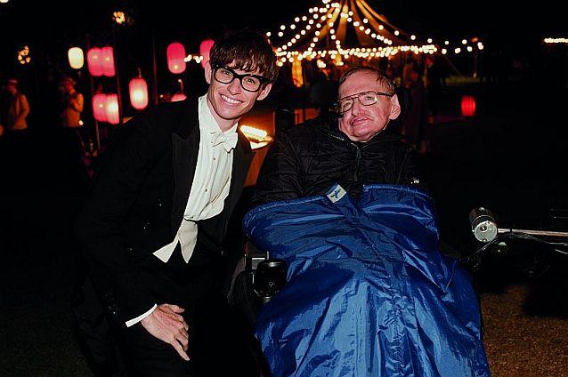 Siedzący na wózku Stephen Hawking i grający go w filmie Eddie Redmayne