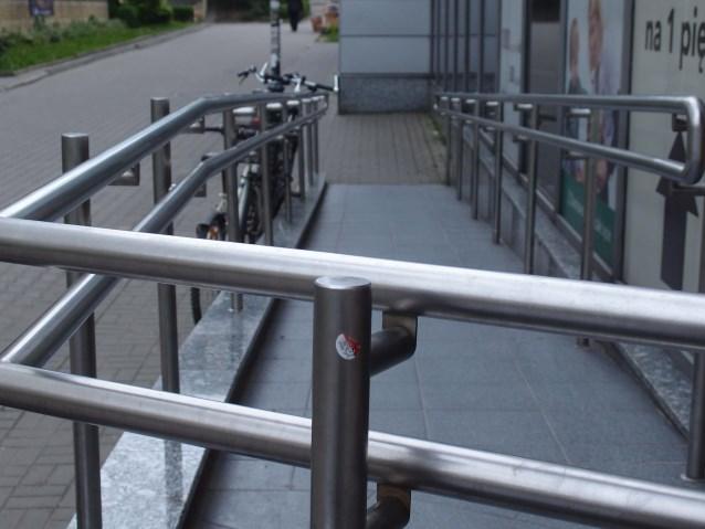 Podjazd do budynku z metalowymi barierkami
