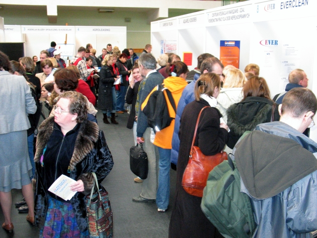 Tłum ludzi między stoiskami na targach pracy