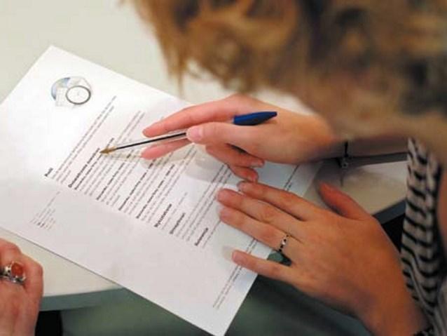 kobieta podpisująca dokumenty