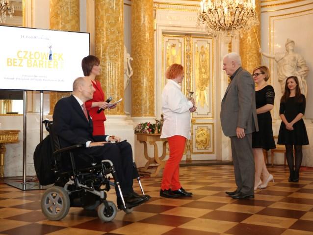 Jolanta Golianek odebrała statuetkę z rąk Grzegorza Gelberga, Przewodniczącego Rady Fundacji PZU