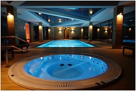 Podświetlone jacuzzi i niewielki basen