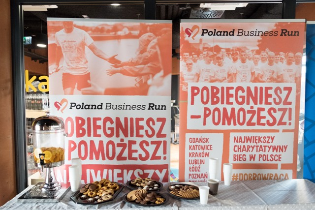 Banery Poland Business Run, na stoliku ciastka