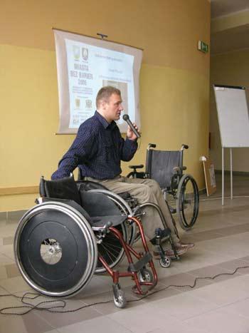 zdjęcie: Zasady poruszania się na wózku przedstawił Marek Pinczyn z Fundacji Aktywnej Rehabilitacji