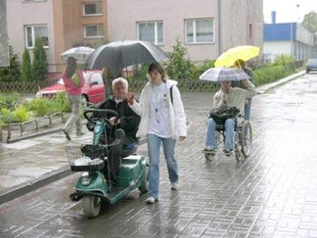 zdjęcie: Studenci wspólnie z osobami niepełnosprawnymi - mieszkańcami Gniewa - w strugach deszczu testowali miasta Gniew i Pelplin pod kątem dostępności dla osób o niepełnej sprawności fizycznej