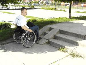 Zdjęcie: osoba na wózku przezd niedostosowanym podjazdem