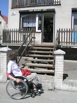 Zdjęcie: student na wózku przed ciągiem schodów