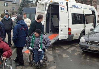 Zdjęcie: kibice na wózklach wsiadają do busa