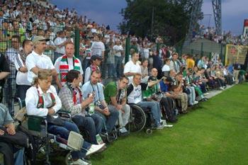 Duża grupa niepełnosprawnych kibiców