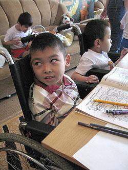 zdjęcie: niepełnosprawny chłopiec z domu dziecka