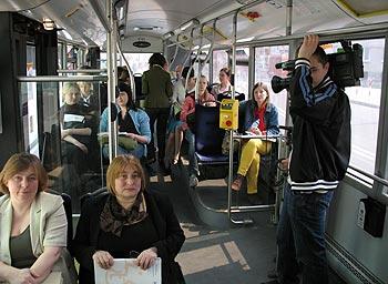 zdjęcie: uczestnicy konferencji w autobusie