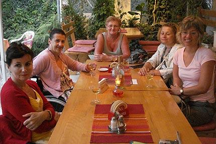 Na zdjęciu: Marysia, Lila, Ania, Małgosia i Ela przy węgierskim winie. Fot. Małgorzata Tokarska