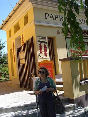 Na zdjęciu: przed muzeum papryki. Fot. Małgorzata Tokarska